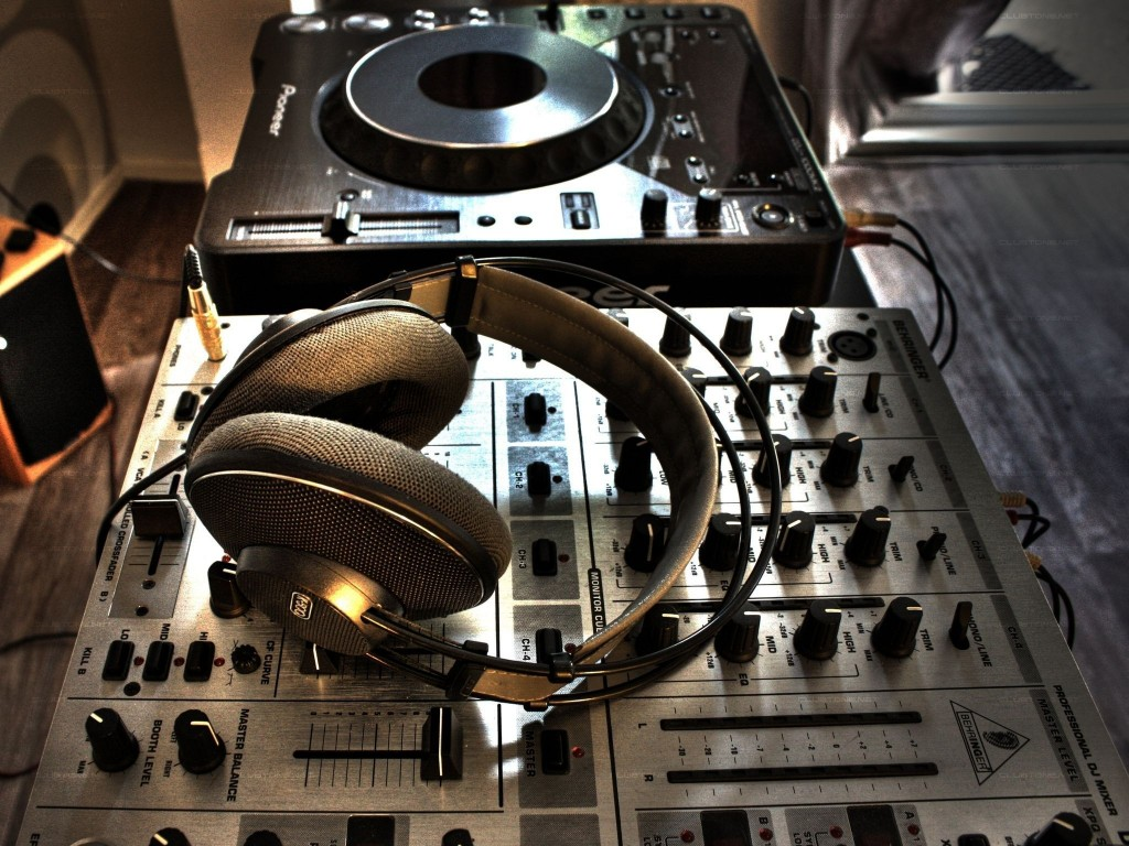 Headphones-on-a-DJ-mixer-wallpaper_6553-1024x768