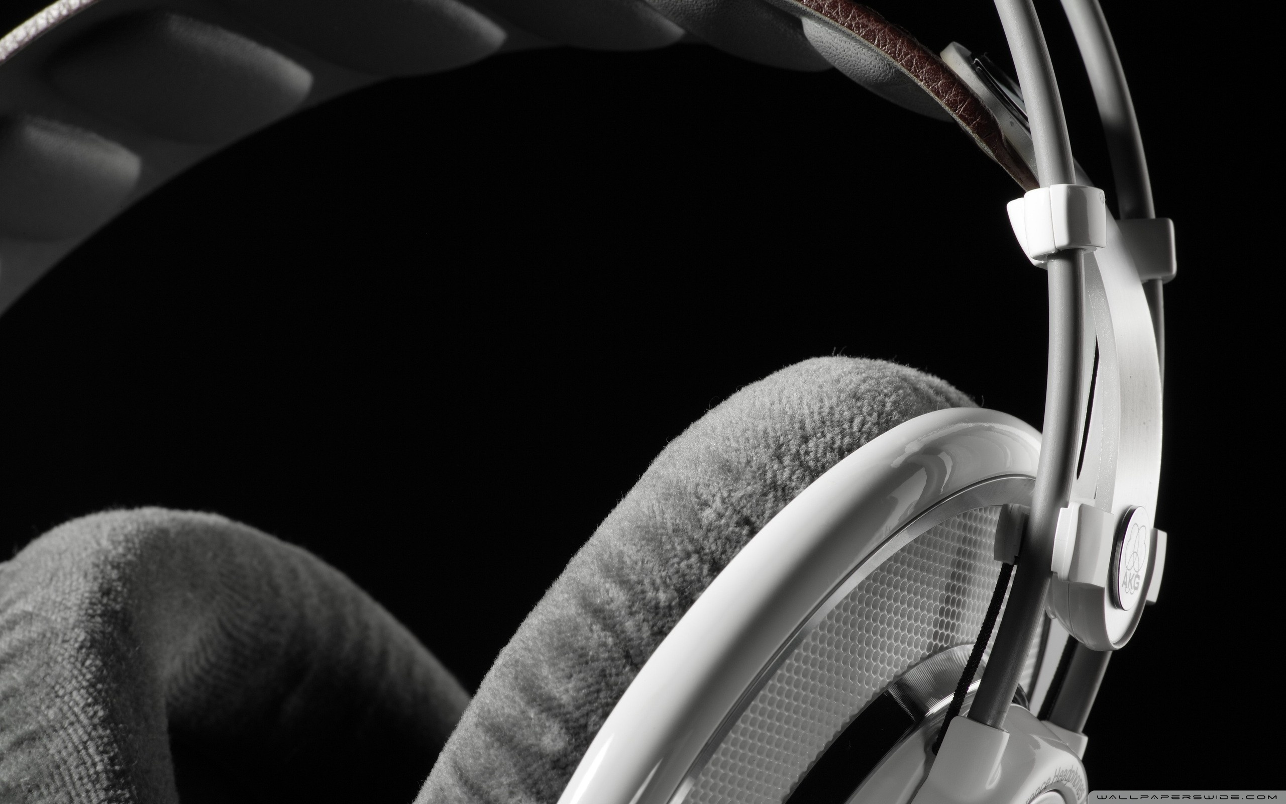 headphones_close_up-wallpaper-2560x1600